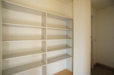 【廊下収納】 幅2Mの壁面収納です。掃除用具や古雑誌、趣味のものまで幅広く収納していただけます。