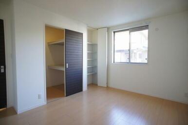 【北東洋室】 ウォークインクローゼットに収納棚付クローゼットでスッキリ収納。お部屋を広々と使えます。