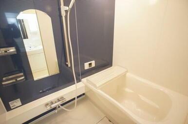 【浴室】 おしゃれなアクセントパネルにゆったりサイズの浴槽で快適なバスタイムを。