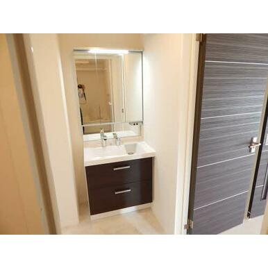 脱衣所も兼ねた洗面所にはシャワー水栓式の洗面化粧台が付いてます