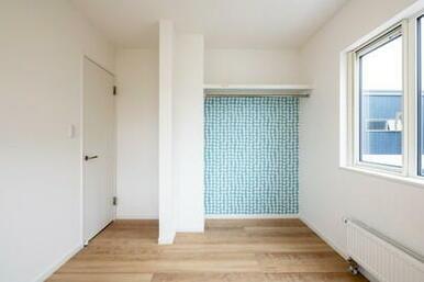 オープンクロゼットにすることでお部屋が広く、かつ、物を詰め込まないから整理収納上手に。