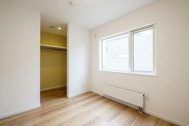 シンプルな白の室内に、クローゼットは北欧柄のクロスがアクセント。