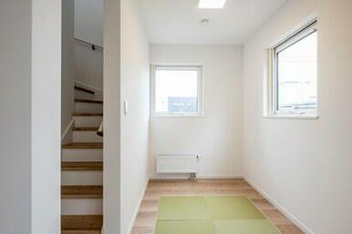 リビングとつながる畳スペースは洗濯物を畳んだり、お子様のお昼寝にと大活躍
