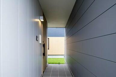 外観のアクセントだけでなく、雪や雨を防いでくれる玄関ウォール。