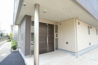 玄関はオートロック付きです。向かって左側に集合ポストがございます。