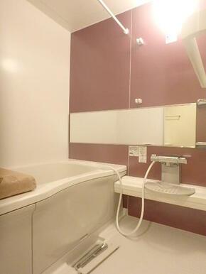 ワイドタイプの鏡と浴室乾燥機付バス♪