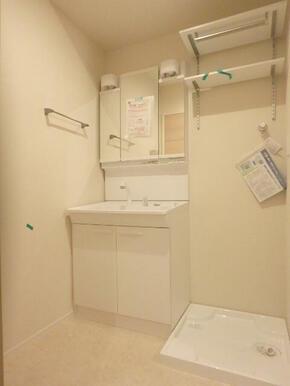 洗濯機置場上部にもストック棚があります