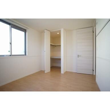 2洋室のうちメインベットルームを想定したお部屋です。収納はウォークインクローゼットタイプでたっぷり使
