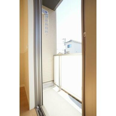 1階室にはバルコニースタイルの専用テラスが付きます。乳白色の手すりは室内のプライバシーを守ります。サ