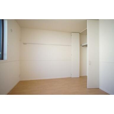 北側に配置されている2洋室のうちの1室。窓が大きく案外明るいお部屋です。ハンガーパイプ付きのクローゼ