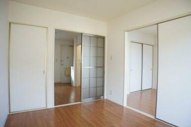 洋室[5.4帖]から隣の洋室・DKの関係性。左側の開き戸は収納です♪
