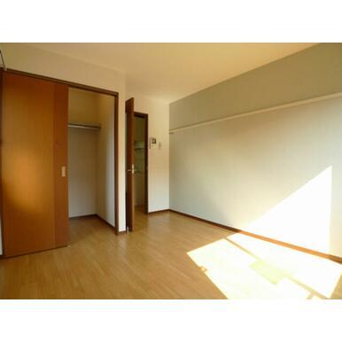 日当たり良好で明るい洋室☆一部壁面にアクセントクロスを使用したお洒落なお部屋です♪