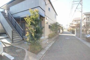 建物の周りには木々も植えてあり、印象良くなっています◎