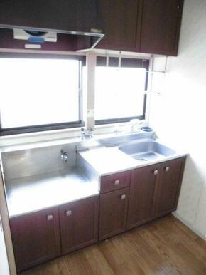 窓があり明るいキッチンです。ガスコンロ設置可能です。