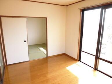 6帖の洋室。建物前面に建物が無い為、室内明るいです。