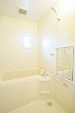 シャワー、鏡付バスルームです。