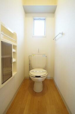 換気窓のある明るいツールBOX付トイレです。上部に収納棚、タオルハンガー付です。