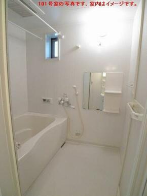 【浴室】浴室にはミラーキャビネットが付いています☆ キャビネットには小物を置ける棚も設置されています