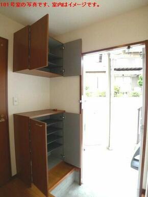 【玄関・ホール】玄関にはシューズボックスを設置しております☆上下にセパレートタイプです!!