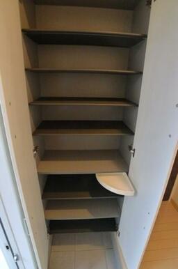 【シューズボックス】玄関のシューズボックスには鍵等の小物置き(写真の白いトレー部分)まで付いています