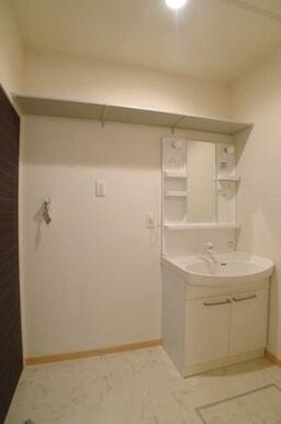 【水廻り】洗面化粧台の横には室内洗濯機置場があり、上部のスペースには物を置けるようにしました♪