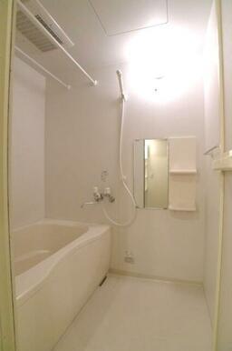 【浴室】雨や花粉の時期に大活躍な浴室乾燥機付き!外にあまり洗濯物を干したくない女性の方も安心です♪