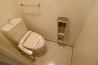【トイレ】トイレには側面にツールボックスを付け、本体にはシャワートイレも付けました!