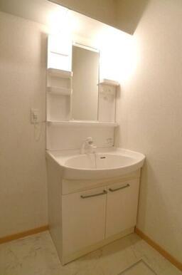 【洗面化粧台】単身者には十分すぎる広さの洗面化粧台♪シンプルなデザインで使い勝手も心配いりません!
