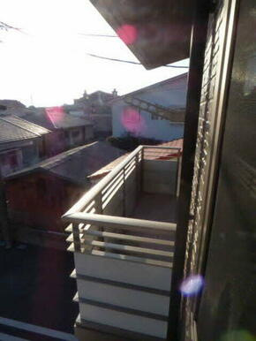 ☆バルコニーに出ることができます☆ 掃き出し窓は換気だけでなく明るい陽射しを取り入れてくれます♪