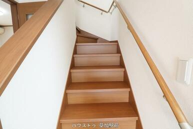 階段にも手すりがあるので、お年寄りの方からお子様まで、上り下りし易くなっております♪