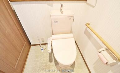 トイレには手すりがあるので、立ち上がりやすくなっております!