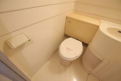 洗面台横のトイレです!
