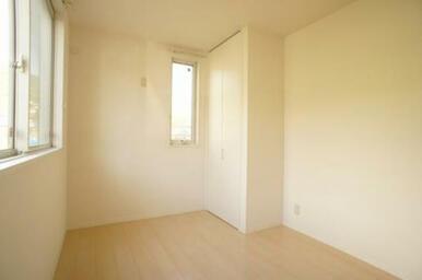 北側洋室◆北面・東面に窓があります。