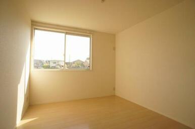 南側洋室◆南面の窓は腰高サイズです。