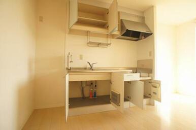 キッチンセットの収納は上下二段でなかなかの容量です。