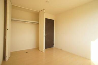 南側洋室◆クローゼット内部はハンガーパイフ付きで洋服の収納に便利です。