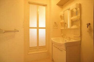 脱衣洗面所には750サイズの洗面化粧台を装備しています。