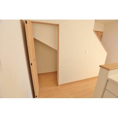 ★キッチン横の階段下収納★