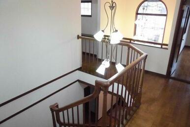 2階ホール。吹抜け部分に素敵なシャンデリアがあります。