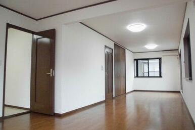 2階洋室。約15帖あり2室に間仕切りもできます。