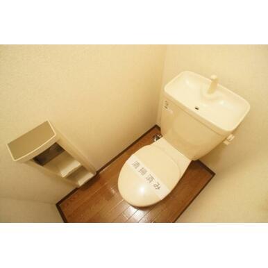 ☆トイレ☆上部にはトイレットペーパーなど置ける棚が付いています☆