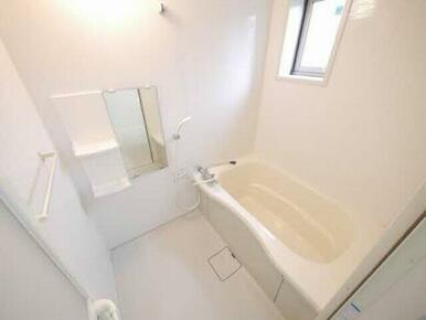 白を基調とした清潔感のある浴室♪ゆったりと浴槽に浸かり、一日の疲れをとるのに最適なリラクゼーションル