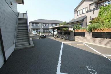 敷地内にある駐輪場は嬉しい屋根付きです♪