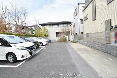 コインパーキングエリア以外にも2台駐車可能!