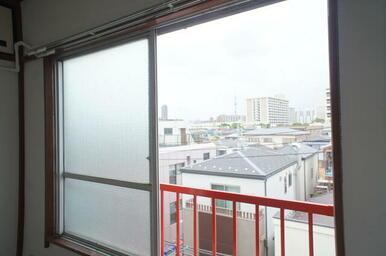 お部屋の窓からスカイツリーが見えます。