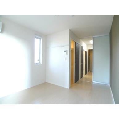 【洋室】南向きのお部屋です♪収納はWICクローゼット収納があります☆キッチンとの仕切り扉があり、プラ