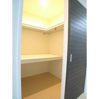 【WIC】お部屋の収納はWICクローゼットです☆ハンガーパイプと枕棚で収納を応援☆天井近くまで高さが