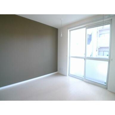 【洋室】南向きの掃出し窓のお部屋です☆ エアコン1台付き!! 天井には室内物干付きです♪利用しない時