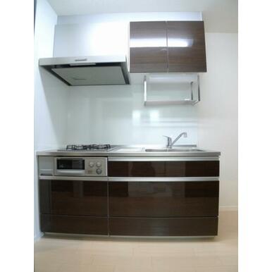 【キッチン】ビルトインガスコンロ付きのキッチンです☆上下の収納はもちろん、水切り棚も付いているキッチ