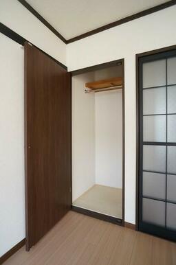 【収納】洋室②の収納!こちらはパイプを通し、真ん中の棚を無くす事でコート等の長物も掛けやすくしていま